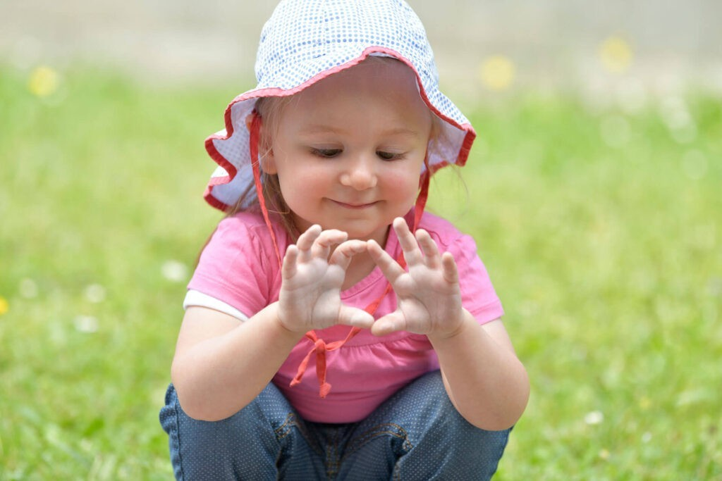 Kinderkrippe Dübendorf - Mädchen schaut auf Finger